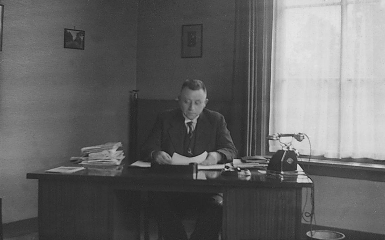 Johannes Rijpstra achter zijn bureau in de burgemeesterskamer van Zelhem