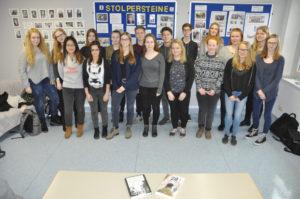 Schülerinnen und Schüler der AG Stolpersteine des Geschwister-Scholl-Gymnasiums in Gardelegen stehen in zwei Reihen vor Moderationswänden mit Informationen zu ihrem Projekt.
