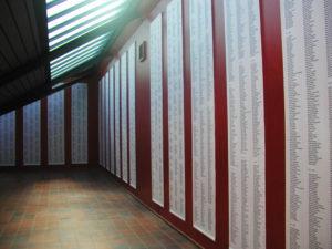 foto 3: Vaandels met namen van de in het KZ Neuengamme gestorven gevangenen [foto ANg])