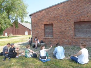Studenten van de Hogeschool voor Beeldende Kunsten bezoeken de Gedenkplaats