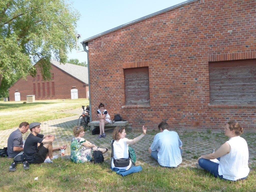 foto 1: Studenten van de Hogeschool voor Beeldende Kunsten bezoeken de Gedenkplaats