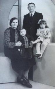 Johannes Klok mit seiner Frau Marie und seinen Töchtern Joke und Truus.