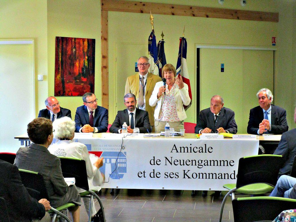 Foto: Genomen tijdens de redevoering van Barbara Brix (midden) afgevaardigde van Herinnneringscentrum Neuengamme tijdens de Franse Amicale. V.l.n.r. het departementale raadslid van het kanton, de directeur van het Nationale Bureau voor Oudstrijders, de prefect van Jura, de algemeen secretaris van de Vriendenkring Neuengamme, Jean-Michel Gaussot, de burgemeester van Chille, buurgemeente van Le-Lons-Saunier. Tweede rij Jean-Michel Clère, de president van de Vriendenkring Neuengamme.