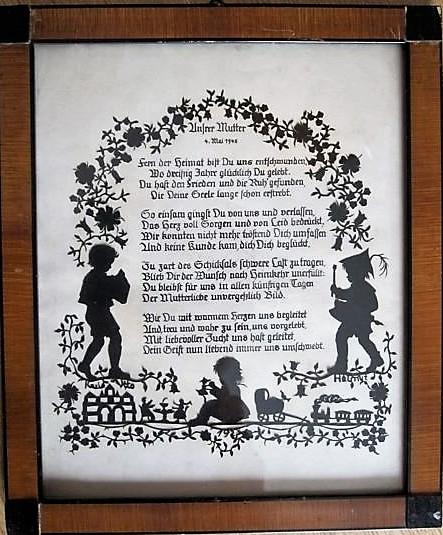 """In Sütterlin geschriebenes Gedicht mit dem Titel """"Unserer Mutter"""". Es ist umrahmt von sich rankenden Blumen und der seitlichen Ansicht zweier Jungen (link und rechts) sowie eines kleinen sitzenden Mädchens unterhalb des Texts."""