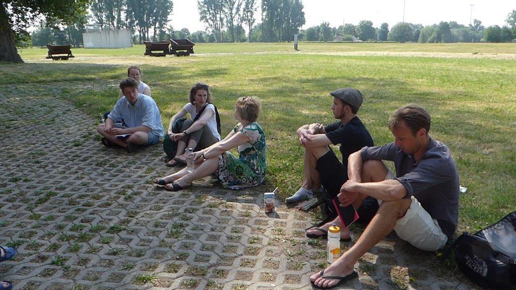 Op 31 mei 2018 maakten de studenten een rondgang over het terrein van de KZ-Gedenkstätte Neuengamme onder begeleiding van twee pedagogen van de Gedenkstätte. Op de achtergrond ziet men het veld van de voormalige kleigroeve. Foto: Barbara Hartje.
