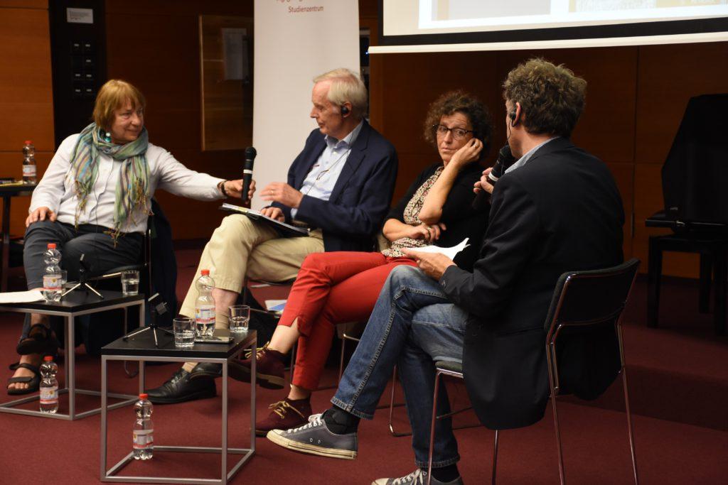 Lilian Furío (rechts) nam deel aan een podiumdiscussie, samen met Barbara Brix (links) en Dieprand van Richthofen (midden), in de universiteitsbibliotheek van Hamburg. Het gesprek werd  ingeleid door Dr. Olivier von Wrochem, plaatsvervangend directeur van KZ-herdenkingscentrum Neuengamme, © KZ-Gedenkstätte Neuengamme