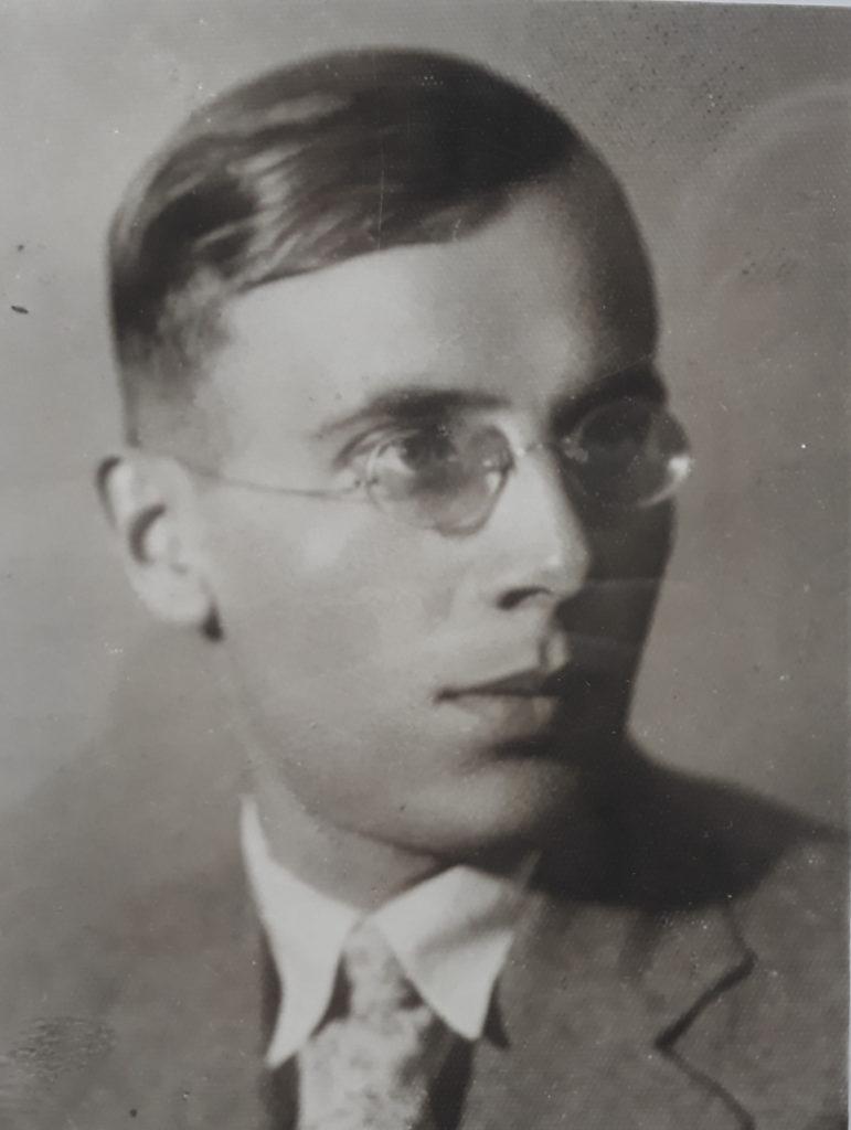 Portrait von Großvater Antoni mit Brille und Krawatte.