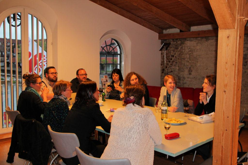 Gründungsmitglieder sitzen um einen Tisch im Kulturhaus Serrahn und besprechen die Tagesordnung.