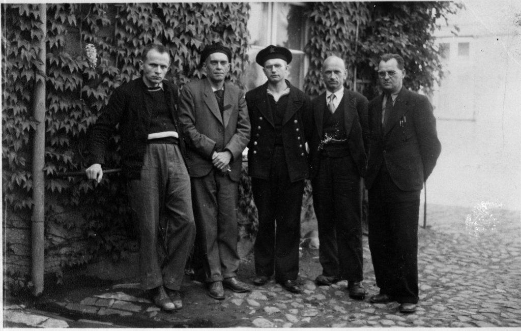Willi Neurath und vier weitere ehemalige Häftlinge des KZ Neuengamme im Sommer 1945 in Neustadt
